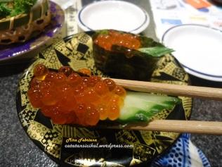 Sushi dengan Telur Ikan salmon